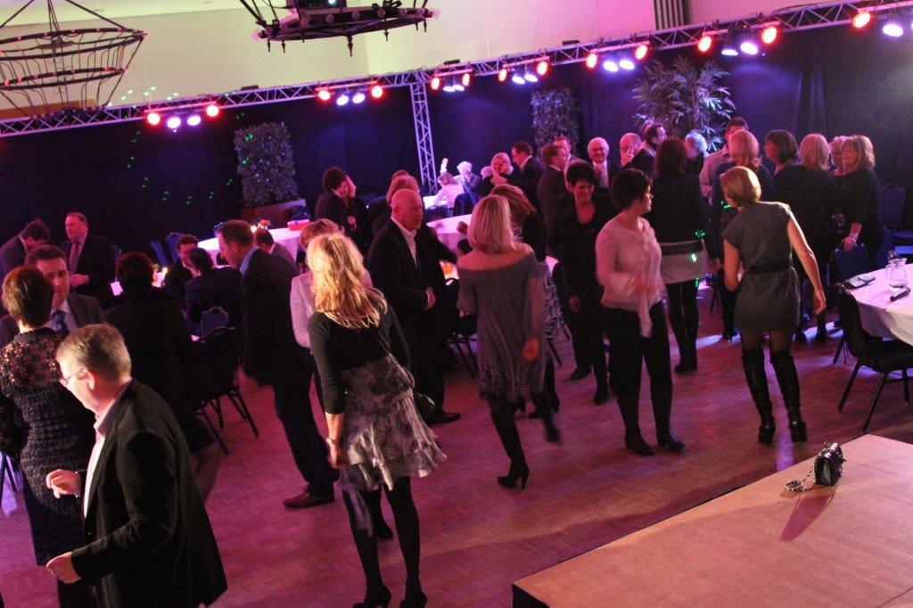 Feestgangers op de dansvloer in de feestzaal